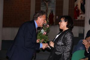 Schulleiter Christoph Weishaupt begrüßte die Lemgoer Künstlerin Carola Kern herzlich.